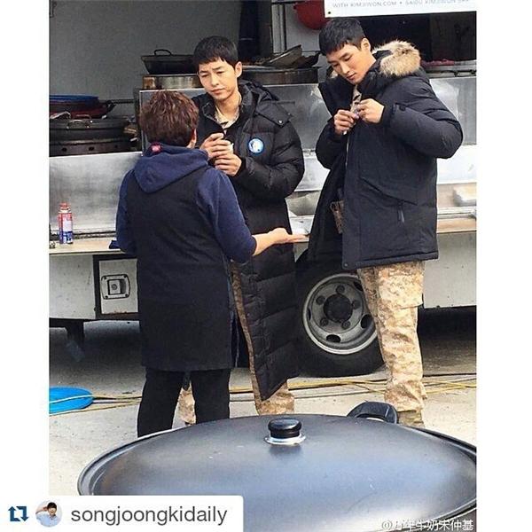 """Điển trai, phong độ, Song Joong Ki """"hớp hồn"""" fan trong phim mới"""