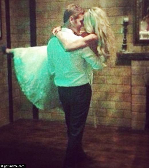 Nụ hôn qua khẩu trang của vợ chồng mới cưới và nguyên nhân bất ngờ