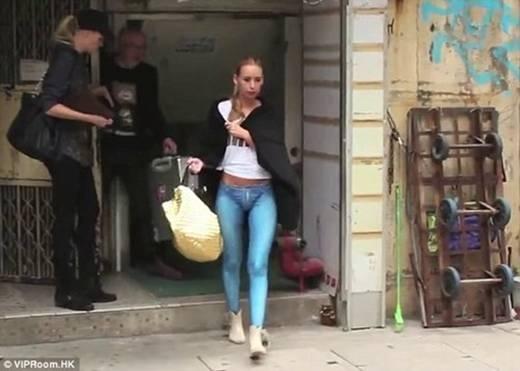 Đi tàu điện ngầm, tới phòng tranh, mua đồ, dạo phố, Vytaute khiến mọi người bất ngờ khi biết côkhông mặc quần.(Ảnh: Internet)