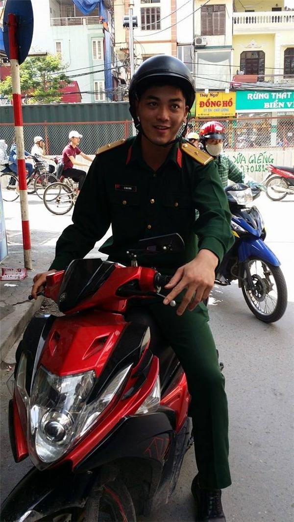 Anh bộ đội đầu tiên đến giúp Quỳnh. (Ảnh: FBNV)