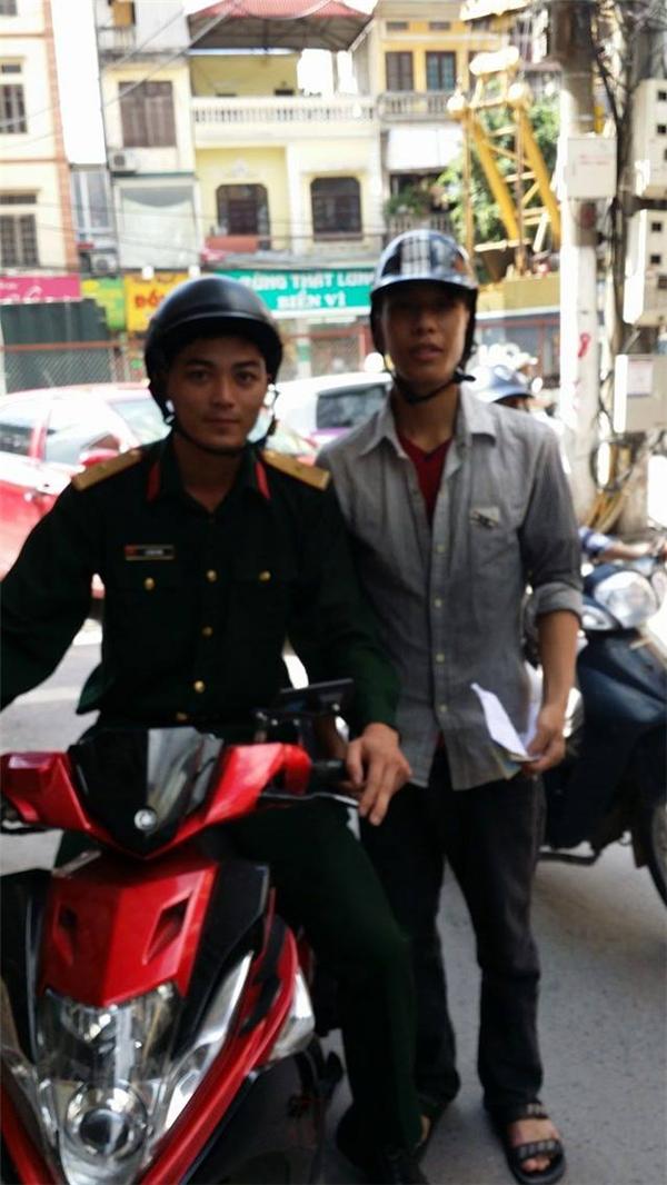 Quỳnh (bên phải) và ân nhân đã giúp đỡ anh từ lời cầu cứu trên diễn đàn. (Ảnh: FBNV)