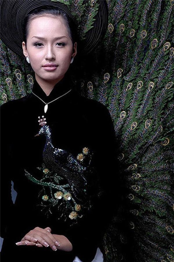 Sau khi đăng quang Hoa hậu Việt Nam 2006, Mai Phương Thúyđược chọn trở thành đại diện của Việt Nam tại Hoa hậu Thế giới cùng năm. Đến với cuộc thi này, Mai Phương Thúy diện bộ áo dài được thực hiện khá cầu kì,lấy ý tưởng từ vẻ đẹp của loài công.