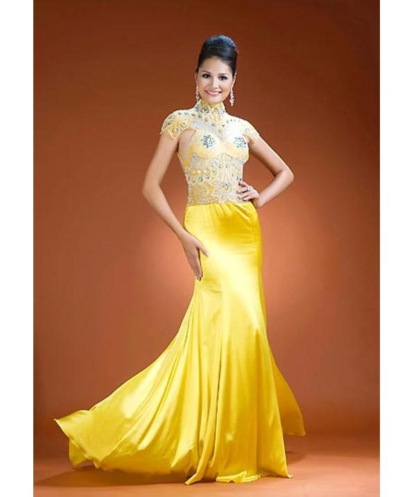 Năm 2009, Hương Giang tiếp tục tạo nên tiếng vang cho Việt Nam tại Hoa hậu Thế giới khi lọt top 15 chung cuộc và được bình chọn là Hoa hậu đẹp nhất châu Á. Đến với đêm chung kết, Hương Giang diện bộ váy có tông vàng rực rỡ kết hợp giữa lụa bóng và vải xuyên thấu đính kết đá, cườm.
