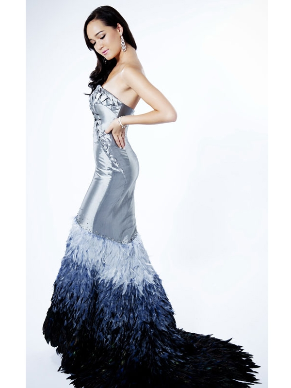 Với khả năng tiếng Anh cùng kĩ năng trình diễn khá tốt, Victoria Thúy Vy được chọn làm đại diện Việt Nam tại Hoa hậu Thế giới 2011. Trang phục dạ hội của cô trong đêm chung kết khá cầu kì với phần đuôi váy được đính kết lông vũ tạo hiệu ứng thị giác phân tầng.