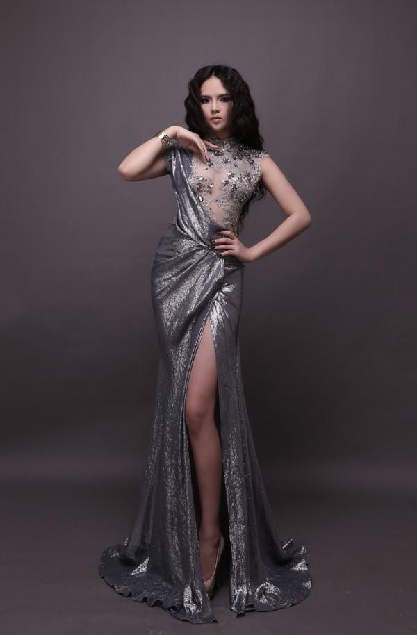 """Năm 2013, bộ váy dạ hội của Lại Hương Thảo trong đêm chung kết Hoa hậu Thế giới lại nhận được nhiều ý kiến trái chiều. Bên cạnh những lời khen có cánh, nhiều ý kiến lại cho rằng bộ váy đã làm cho đại diện Việt Nam trông hơi """"dừ"""" bởi sắc xám đen không phù hợp với đèn sân khấu."""