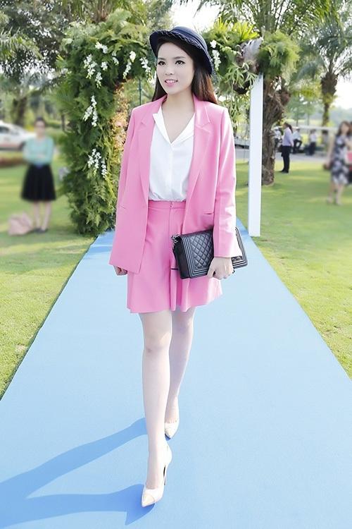 """Kỳ Duyên mắc lỗi trang phục khi diện bộ vest hồng được cho là quá rộng so với cơ thể rất nhiều, kèm theo đó là màu sắc làm bộ trang phục """"kém sang"""" thấy rõ. - Tin sao Viet - Tin tuc sao Viet - Scandal sao Viet - Tin tuc cua Sao - Tin cua Sao"""