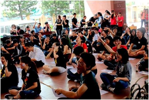 Sinh viên trong và ngoài bộ môn hào hứng tham gia trò chơi học thuật.