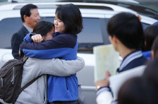 Những cái ôm thật chặt từ gia đình là nguồn động viên to lớn đối với các bạn thí sinh. (Ảnh: Internet)