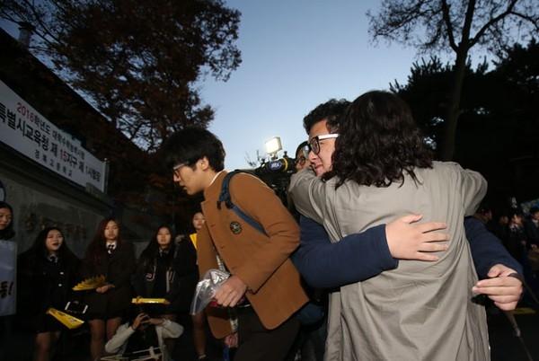 """""""Hãy làm bài thật tốt con trai nhé!"""" - con trai nhận cái ôm đầy yêu thương của mẹ trước khi bước vào """"cuộc chiến sinh tử"""". (Ảnh: Internet)"""