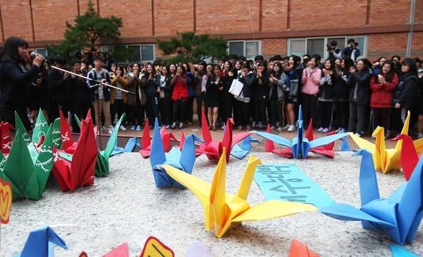 Những con hạc giấy biểu tượng cho sự hi vọng được đặt bên ngoài trường như một lời khích lệ đến với hơn 630.000 học sinh cuối cấp trên cả nước. (Ảnh: Internet)