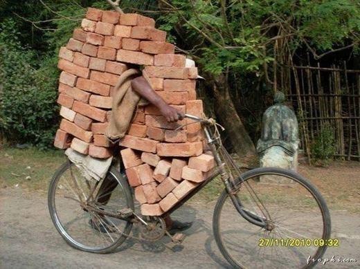 Liệu ai có thể chở gạch bằng xe đạp hơn anh này? (Ảnh: Internet)