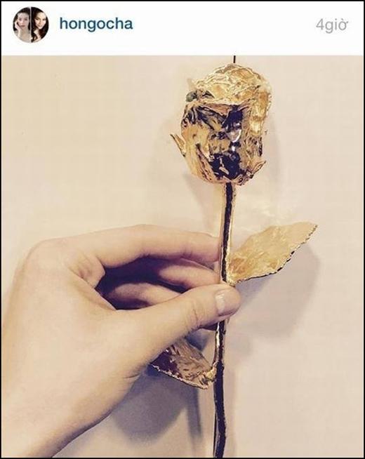 Cành hoa hồng bằng vàng được Hồ Ngọc Hà đăng tải trên trang cá nhân nhưng đã nhanh chóng bị cô xóa đi vì không muốn nhận thêmrắc rối. - Tin sao Viet - Tin tuc sao Viet - Scandal sao Viet - Tin tuc cua Sao - Tin cua Sao