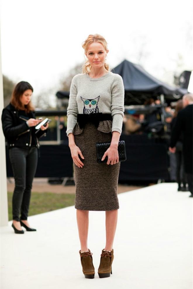 Với cô nàng cao gầy, kiểu áo len oversized bỏ ngoài váy vừa tạo cảm giác phóng khoáng, trẻ trung vừa tôn vóc dáng.Người thấp bé: Với cô nàng thấp bé, cần chọn thiết kế có cạp cao, để tạo cảm giác đôi chân dài hơn.