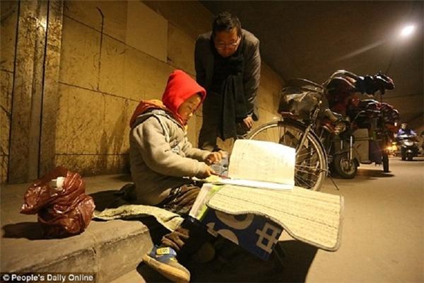 Vài người lạ dừng lại bắt chuyện với Yihang nhưng cậu bé vẫn không bị xao nhãng.(Ảnh: People's Daily Online)