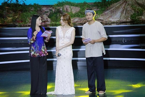 MC Quỳnh Hương và Quý Bình có cuộc trò chuyện đầy cảm xúc cùng Mỹ Tâm trên sân khấu. - Tin sao Viet - Tin tuc sao Viet - Scandal sao Viet - Tin tuc cua Sao - Tin cua Sao