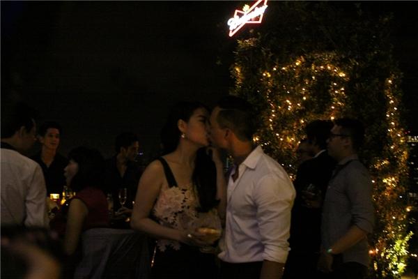 Họ không ngần ngại trao nhau nụ hôn thắm thiết giữa chốn đông người. - Tin sao Viet - Tin tuc sao Viet - Scandal sao Viet - Tin tuc cua Sao - Tin cua Sao