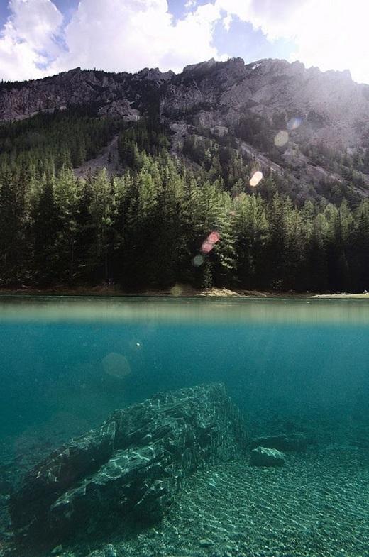 Nước hồ có màu xanh lá đặc biệt do lớp cỏ và lá cây dưới đáy vàbăng tuyết sạch từ trên núi chảy xuống. (Ảnh: Internet)