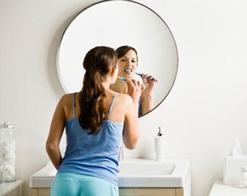 Sau khi chỉ vừa mới ngủ dậy, hầu hết mọi người đều đều có thói quen khó bỏ: đánh răng ngay. Ảnh minh họa.