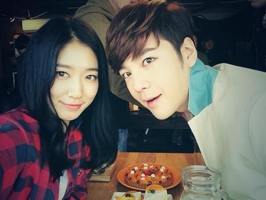 """Fan """"điên tiết"""" vì Park Shin Hye thân thiết với đồng nghiệp nam"""