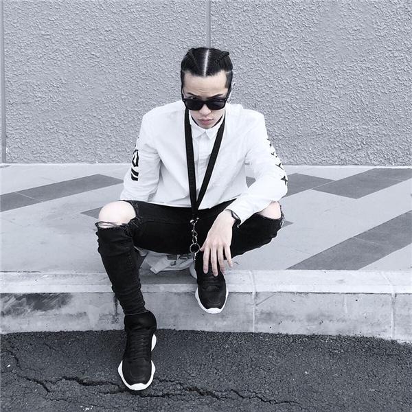 Trong tuần qua, chàng stylist đình đám chọn kết hợp áo sơ mi oversize tông trắng được điểm xuyết họa tiết tương phản cùng quần jeans rách ôm sát. Bộ trang phục càng trở nên sinh động, bắt mắt khi diện cùng giày thể thao có kiểu dáng độc đáo, dây đeo cổ, ví cầm tay cùng tông màu.