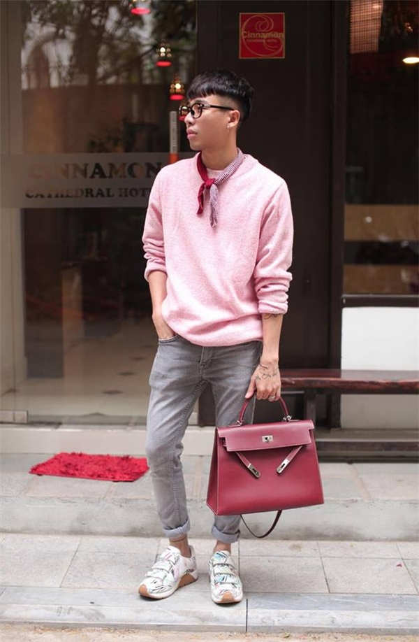 Chàng stylist đất Hà thành không ngần ngại trải nghiệm trang phục có sắc hồng điệu đà, nữ tính. Việc kết hợp cùng tông xám trắng vẫn giữ được nét nam tính, mạnh mẽ vốn có.
