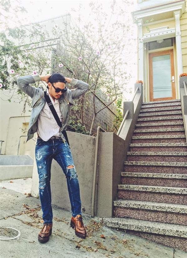 Rũ bỏ vẻ ngoài sang chảnh thường thấy, nhà thiết kế Lý Quí Khánh trở nên bụi bặm, cá tính hơn trên đường phố Mĩ. Sự đồng điệu từ kiểu dáng, chất liệu đến màu sắc giúp nhà thiết kế tài năng của làng mốt Việt không thua kém bất kì fashionista nào trênthế giới.