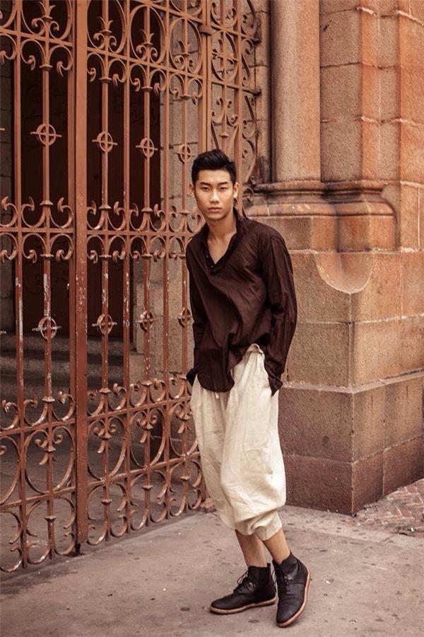Bộ trang phục của chàng người mẫu trẻ Đăng Khánh lại thu hút người đối diện bởi sự độc đáo, mới lạ.