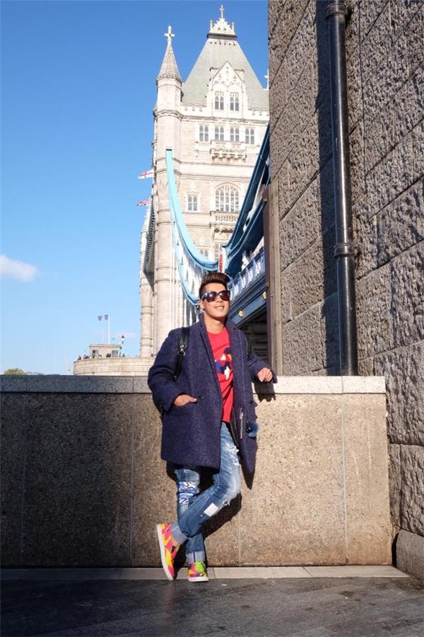 Travis Nguyễn ưa chuộng kiểu khoác dày sụ trong những ngày du lịch London. Trang phục bên trong thường được chàng stylist chọn phối đơn giản với áo phông, quần jeans hoặc jogger.