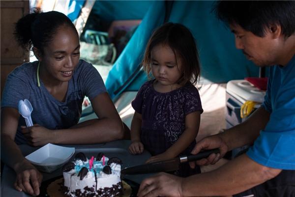 Tracy và Tabatha Martin cùng cô con gái 3 tuổi, bé Thalia, trở thành những người vô gia cư sau khi Tracy phát hiện ra bệnh tim và mất việc. Gia đình họ sống trong cảnh nợ nần và túng thiếu suốt một thời gian dù Tabatha vẫn đi làm đều đặn. (Ảnh: Rex Moribe)