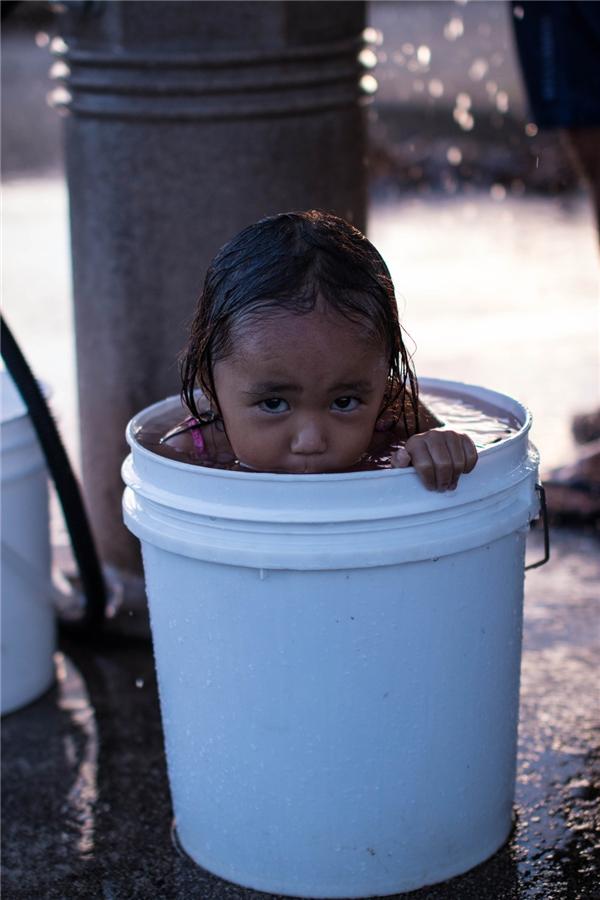 Những thước phim phản ánh một cách chân thựccuộc sốngcủa gia đình trong túp lều tạm bợ, ọp ẹp, nơi tìm chỗ tắm hoặc giặt quần áo cũng là chuyện hết sức khó khăn.(Ảnh: Rex Moribe)