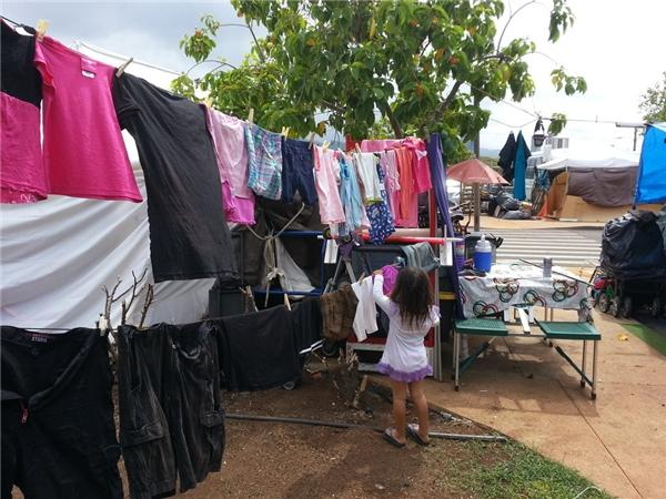 Mọi người có thể dễ dàngthấy khu trại cho người vô gia cư ở Kakaako ngày một mở rộng với nhiều gia đình trải bạt ngay trên vỉa hè và sống một cuộc sống bấp bênh.(Ảnh: Rex Moribe)