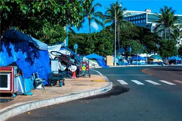 Thành phốHonolulu đã thông qua hàngloạt điềuluật hồi đầu năm nay, áp dụng ở các khu vực khai thác du lịch như Waikiki, khiến số người vô gia cư ở đây tănglên.(Ảnh: Rex Moribe)