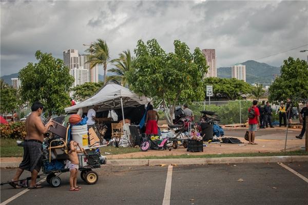 Qua Dear Thalia, khán giả sẽ thấy cả những cuộc càn quét định kìcủa hội đồng thành phố, bởi các quan chức đã thực thi lệnh cấm người vô gia cư lấn chiếm vỉa hè.(Ảnh: Rex Moribe)