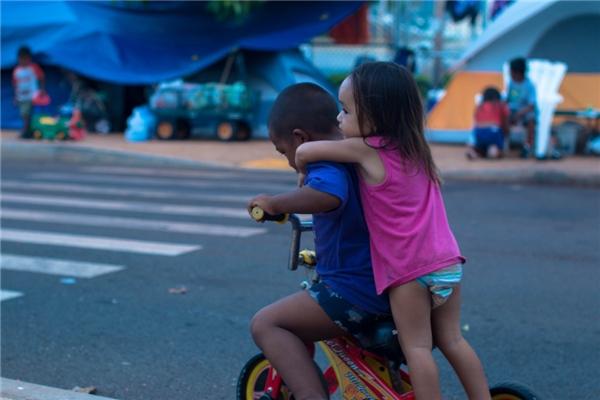 Gia đình bé Thalia cho biết họ đã cố gắng để tìm một nơi ổn định nhưng thật sự điều này không hề đơn giản. Trong lời khai với hội đồng thành phố Honolulu, Tracy nói rằng anh bị mất thẻ căn cước do cuộc càn quét và đó là lí do vì sao gia đình anh không thể tìm được nhà ở.(Ảnh: Rex Moribe)