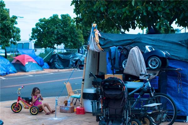 """""""Tôi hi vọng rằng bộ phim sẽ mang lại một góc nhìn thật khác về người vô gia cư. Tôi muốn cho mọi người biết cảm giác của một người vô gia cư, họ phải chiến đấu với cuộc sống mỗi ngày như thế nào và mang đến thông điệp nhân văn"""" – đạo diễn của bộ phim chia sẻ.(Ảnh: Rex Moribe)"""