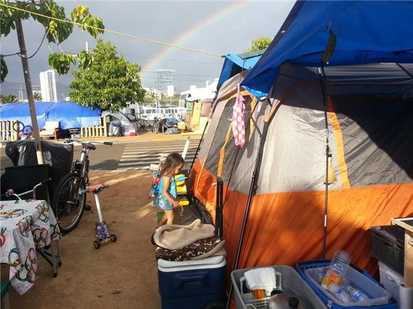 Túp lều tạm bợ của gia đình bé Thalia.(Ảnh: Rex Moribe)