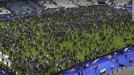 """Khung cảnh hỗn loạn tại sân vận động Stade de France, Paris, nơi nhiều vụ nổ xảy ra. Thủ đô của nước Pháp rúng động bởi nhiều vụ tấn công tại các địa điểm khác nhau, khiến hơn 140 người thiệt mạng. AFP mô tả, hiện trường vụ khủng bố """"như ngày tận thế"""". Ảnh: Getty Image"""