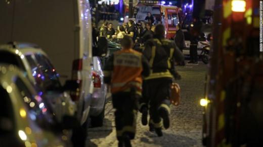 Nhân viên an ninh khẩn trương làm nhiệm vụ cứu hộ. Một nhóm tay súng tấn công vào nhà hàng Petit Cambodge ở quận 10. Vụ tấn công bằng súng khác diễn ra tại trung tâm nghệ thuật Bataclan, cách văn phòng cũ của tạp chí Charlie Hebdo khoảng 200m. Cùng lúc đó, 3 vụ nổ xảy ra bên ngoài một quán bar gần sân vận động Stade de France, nơi đội bóng đá Pháp đang tiếp đội Đức trên sân nhà. Ảnh: Getty Image