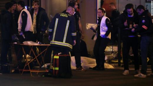"""Xác nạn nhân cạnh nhà hàng tại quận 10. Tổng thống Hollande đã ban bố tình trạng khẩn cấp và gọi đây là """"vụ khủng bố chưa có tiền lệ"""". Ông yêu cầu đóng cửa biên giới. Ảnh: AP"""