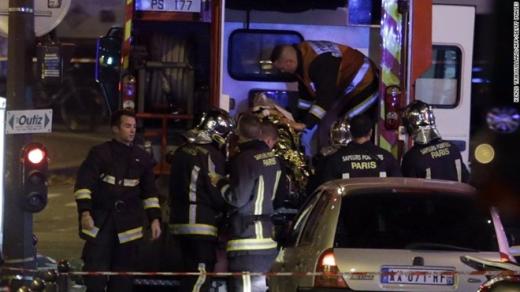 Một nạn nhân bị thương được đưa lên xe cấp cứu. Ảnh: Getty Image