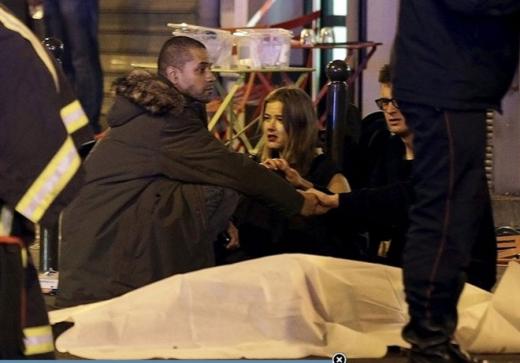 Khung cảnh bên ngoài nhà hàng ở Paris. Trong khi đó, tại Mỹ, các quan chức phòng chống khủng bố nhanh chóng triệu tập những cuộc họp để đánh giá tình hình, cũng như nhận định khả năng đe dọa với nước Mỹ. Hiện tại, họ cho rằng các thành phố Mỹ chưa đối mặt với nguy cơ nào.