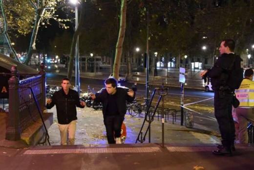 Hai người đàn ông được sơ tán khỏi quảng trường Place de la Republique. Người đứng đầu ngành cảnh sát Paris cho hay, tất cả những kẻ tấn công đã bị tiêu diệt, theo AP. Ảnh: AFP