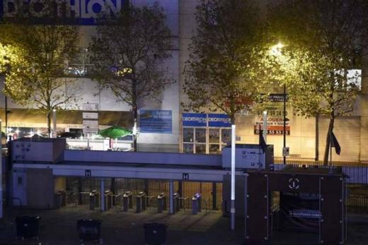 Một lối vào sân Stade de France, nơi 3 quả bom phát nổ, bị phong tỏa. Hơn 200 người bị thương, gồm 80 nạn nhân trong tình trạng nguy kịch, sau vụ tấn công liên hoàn, AFP dẫn nguồn tin an ninh cho hay. Ảnh: AFP