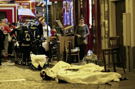 Thi thể nạn nhân nằm trên con đường ở quận 10 thủ đô Paris. Ảnh: AP