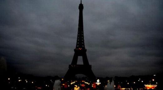 Tháp Eiffel đã tắt đèn để tưởng niệm các nạn nhân xấu số trong ngày hôm nay.
