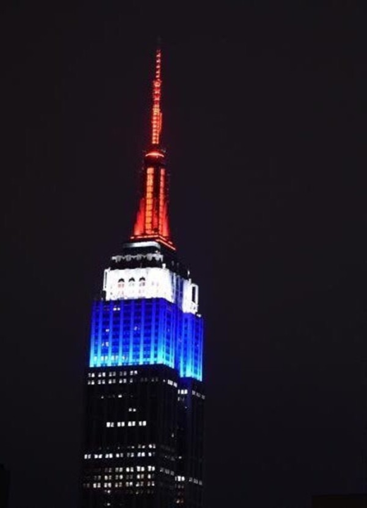 Vào lúc này, tòa nhà Empire State tại Mỹ cũng thể hiện sự ủng hộ với nước Pháp.