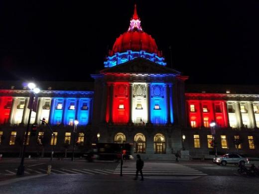Tòa nhà thị chính ởSan Francisco cũng đã được đổi màu như một thông điệp đồng cảmgửi tới nước Pháp.