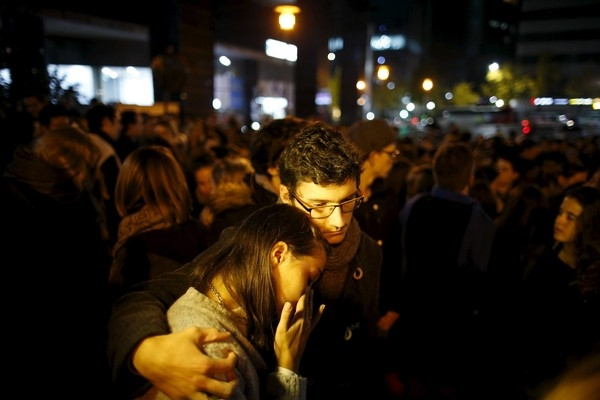 Cặp đôi người Pháp bày tỏ sự tiếc thương cho đồng bào tại quê nhà trước cửa Đại sứ quán Pháp thành phố Seoul, Hàn Quốc.
