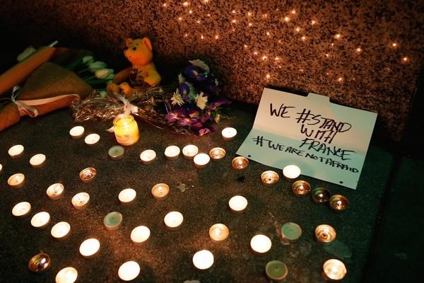 """""""Chúng tôi đồng hành cùng Pháp, chúng tôi không sợ hãi"""" là thông điệp ủng hộ người dân Paris lúc này ngoài Tổng lãnh sự quán Pháp, thành phố San Francisco, Mỹ."""