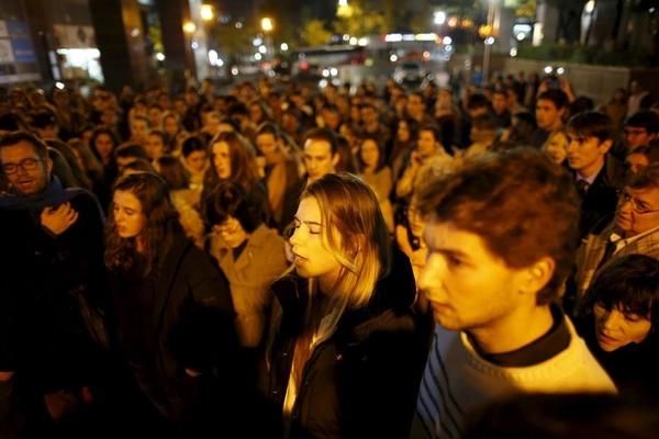 Người dân Pháp tại thành phố Seoul tập trung trước Đại sứ quán hát Quốc ca tưởng niệm 128 nạn nhân.
